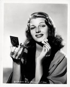 70ae68435 Détails sur RITA HAYWORTH 1941 Vintage Pin-up Glamour Photo Compact Powder  Puff pose NR- afficher le titre d origine