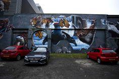 """Fellow Glasgow residents, Ingram streetEn anglais dans le texte, la fresque """"nos amis résidents de Glasgow"""" représente l'ensemble de la faune qui se retrouve dans les jardins et parcs de la plus grande ville d'Ecosse. L'artiste, Smug, habite Glasgow mais il est originaire d'Australie. Sam Bates de son vrai nom, Smug ne commence à grapher que très tardivement, après le lycée."""