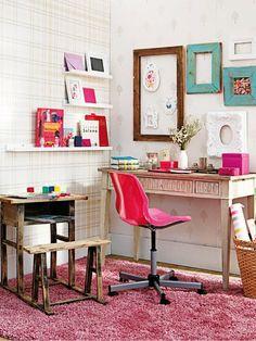 Escritório com cadeira pink.