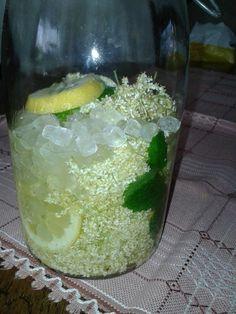 20 vlierbloemschermen,pluk op zonnig moment. 300 gr witte kandijsuiker 1 kl. citroen in schijfjes Evt 3 blaadjes citroenmelisse  1 liter Korn of Wodka. Bloemen op krant voorzichtig schudden (beestjes).  Niet afspoelen (smaak). Bloemen in 1,5 L weckpot met citroen en kandijsuiker, evt stokje vanille. Op lichte plaats 6 weken laten staan. Regelmatig roeren. Dan zeven. 250 gr suiker opkoken met 250 ml water. Afkoelen en erdoor roeren. 2 Weken wachten. Carla Roersma op FB.
