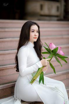 ♔♔... Áo dài Sen - ♔♔...Ngây Ngất Beautiful Vietnamese Women, Beautiful Asian Women, Vietnamese Traditional Dress, Traditional Dresses, Sexy Long Dress, Long Dresses, Cute Asian Girls, Ao Dai, White Girls