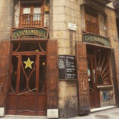 Casa Almirall, Barcelona - Bar fundado en 1860 que todavía conserva la atmosfera modernista de la época