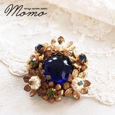MIRIAM HASKELL ミリアムハスケルの瑠璃色のカボションとブラスの小花が素敵なブローチをご紹介しています♪