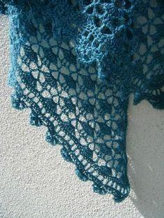 En février j'avais commencé un châle au crochet, en fil très très fin, taille cobweb (toile d'araignée) soit à peu près la taille d'un fil...