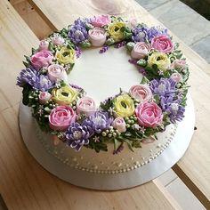 "9"" vanilla chocolate marble cake inside. buttercream frosting & flower pipings #buttercreamflowers"