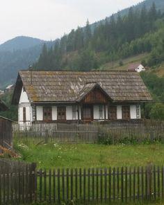 Te încarci de frumos în Ciocănești, satul bucovinean unde casele sunt încondeiate | Adela Pârvu - Interior design blogger Rural House, My House, Visit Romania, Wooden Cottage, Vernacular Architecture, Cabin Homes, Traditional House, Rustic Style, Old Houses