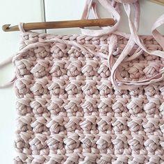 Niin koukuttavaa! #matto #trikookude #kierrätysmateriaali #virkkaus Instagram Widget, Merino Wool Blanket, Carpets, Crocheting, Blankets, Diy Ideas, Artisan, Rugs, Live