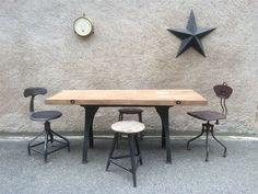 LEGRAND DESIGN - Authentique et ancienne table industrielle d'atelier avec un piétement en fonte et un plateau en bois massif (chêne) 1900-1920.
