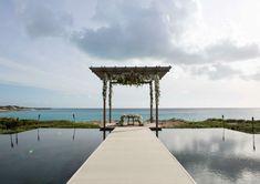Casamento na praia da Raquel Mattar - destination wedding em Turks & Caicos - Decoração da cerimônia ( Foto: Vanessa Kohler )