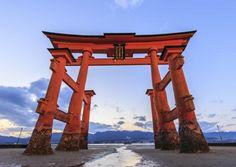 Miyajima o eltoriigigante sobre el mar