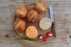 Chrumkavé žemličky z kvásku - Sisters Bakery New Recipes, Bakery, Bread, Sisters, Food, Basket, Brot, Essen, Baking