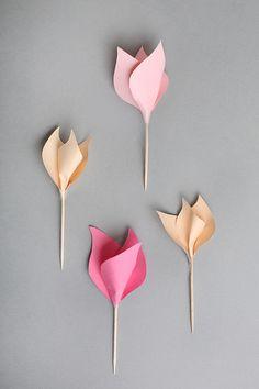 お好きに切った花びら用の色紙を、木製スティックに3枚巻いて根元をテープで留めるだけ!お手軽に作れるので、まず最初に挑戦してみたいですね♪