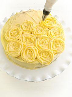 Recette de Ricardo : Glaçage au beurre au citron Mousse, Biscuits, Icing, Sweet Tooth, Wedding Cakes, Desserts, Food, Lemon Squares, Buttercream Frosting