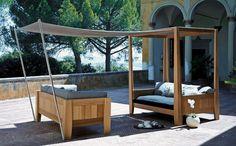 Kitando, disegnato da Paolo Bonazzi per Exteta, è un  divano a baldacchino corredabile di telo  ombreggiante estensibile. In cedro rosso canadese e  tessuto nautico, misura 200x140xh230 cm, 7.290 €.