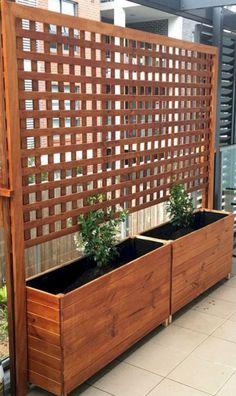 11 DIY Backyard Privacy Fence Design Ideas on A Budget – Insidexterior - Zaun Ideen Diy Privacy Fence, Privacy Fence Designs, Privacy Screen Outdoor, Diy Fence, Deck Privacy Screens, Privacy Ideas For Backyard, Living Privacy Fences, Chain Link Fence Privacy, Sloped Backyard