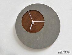 Jede Uhr ist einzigartig und der Beton oder Holz Maserung und Farbe Ton variiert leicht Mehr von meinen konkreten Entwürfen: https://www.etsy.com/shop/SolPixieDust/search?search_query=Concrete ✔ ABMESSUNGEN ‾‾‾‾‾‾‾‾‾‾‾‾‾‾‾‾‾‾‾‾‾‾‾‾‾‾‾‾‾‾‾ Kreisdurchmesser 11,8 cm (30) ↔ 11,8(30cm) Breite ↕ 11,8(30cm) Höhe ✔ SPEZIFIKATIONEN ‾‾‾‾‾‾‾‾‾‾‾‾‾‾‾‾‾‾‾‾‾‾‾‾‾‾‾‾‾‾‾ Die Uhr besteht aus zwei Schichten, Beton und Holz ❂ Konkrete Bogen 0,23-6 mm ❂ PLY Eiche Holz 0,16- 4 mm &...