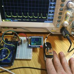 Práctico proyecto realizado con una placa Arduino Mega creandoun monitor de ritmo cardíaco