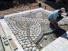 DIY Spiral Rock Pebble Mosaic Path I Wish to Have - Über Dekoration A pebble mosaic will give your yard, garden, or walkway a unique and unexpected focal point. More detail here This Pebble mosaic garden path looks amazing. Mosaic Rocks, Pebble Mosaic, Rock Mosaic, Mosaic Art, Stone Mosaic, Outdoor Projects, Garden Projects, Patio Plus, Floor Design