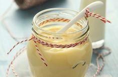 Házi vaníliapuding Hozzávalók:      3 tojássárgája     3 evőkanál vaj     2 bögre tej     4 púpos evőkanál cukor     fél evőkanál liszt     1 rúd vanília     1 csipet só