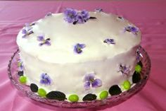 Decorate your Easter Cake with Fresh Flowers! Ideas and a list of edible flowers included.