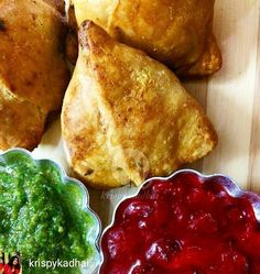 Via @krispykadhai -  #KrispyKadhai  #BakedRecipe - Matar K Samose are a traditional recipe prepared with a warm filling of #Pea Masala. Usually it is bite sized and fried but I am presenting you the baked version which makes it more crunchy and healthy. I have served it with Mint chutney and Strawberry orange dip which makes it more unique and delicious! :)  Recipe up on the blog!  #Recipes #FoodRecipes #Samosa #WinterGreens #StreetFood #Indiansnack #IndianFoodBloggers #Snacks #Peas…