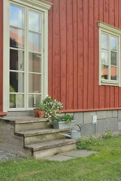 Hittade detta fina hus till salu i Uppsala. Exklusivt timmerhus, ursprunglig 1800-tals Hälsingegård som nyuppförts på en stor och välbelägen... Village House Design, Red Cottage, House Siding, Swedish House, Scandinavian Home, Old Houses, My House, New Homes, 1