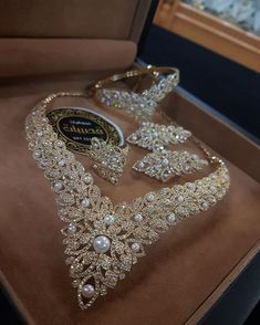 The existence of the diamond has positively impacted our society, along with others for ages. Diamond jewelry began as a luxury for many wealthy Indian Bridal Jewelry Sets, Wedding Jewelry Sets, Indian Jewelry, Stylish Jewelry, Luxury Jewelry, Fine Jewelry, Fashion Jewelry, Men's Jewellery, Designer Jewellery