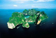 """Maya Bay - Vietnam: """"Catalogada como una de las mejores playas del mundo, Maya Bay, ubicada en Phi Phi Le, es realmente impresionante. Una bahia casi cerrada completamente, con aguas cristalinas, y arenas blancas, totalmente rodeada de acantilados cubiertos de verde. Un paraiso en la tierra."""""""