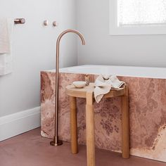 P I N K. is in! And what better example than the bathroom of Woolhar house by @decus_interiors with dusty rose concrete floors and onyx stone tub! #captured by @felix_forest #pink #rose #blush #colour #femenine #pastles #rosegold #tub #bathroom #bahttroomdesign #onyx #stone #tapware #interior #interiors #interiordesign #bold #bolddesign #materials #architecture #design #photography #interiorinspo #soft #concrete #flooring