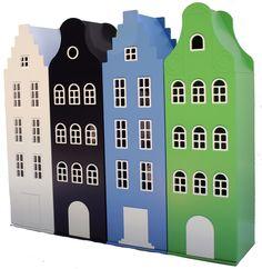 Een straatje kasten uit de Amsterdam serie van Kast van een Huis. Hier is gekozen voor een opstelling met twee trapgevelkasten in wit en hemelsblauw, een zwarte klokgevelkast en een appelgroene halsgevelkast. Je maakt de kinderkamer compleet met een bijpassend gevelbed.
