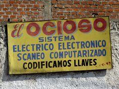 Cacería Tipográfica N° 449: Letrero de El Ocioso en la Av. Goyoneche en Miraflores, Arequipa.