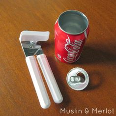 Muslin and Merlot: Soda Can Vase or Cup! I wouldn't paint it, a coke vase would be awesome! Coca Cola Party, Coca Cola Decor, Recycled Decor, Upcycled Crafts, Recycled Cans, Repurposed, Aluminum Can Crafts, Aluminum Cans, Pop Can Crafts