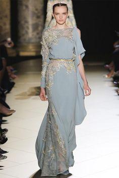 O Rei dos Tapetes Vermelhos Elie Saab, apresentou sua Magnífica Coleção de Alta Costura, vestidos opulentos, elegantes para um passeio b...