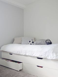 Design a bed with an IKEA chest of drawers! - Design a bed with an IKEA chest of drawers! Murphy-bett Ikea, Cama Ikea, Ikea Bedroom, Small Room Bedroom, Bedroom Decor, Bedroom Black, Stolmen Ikea, Bed With Drawers Underneath, Ikea Chest Of Drawers