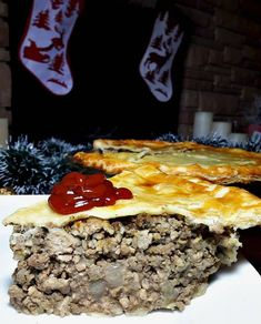 CANADIAN TOURTIÈRE French Canadian Meat Pie Recipe, French Meat Pie, French Food, Hamburger Dishes, Beef Dishes, Food Dishes, Canadian Cuisine, Canadian Food, Canadian Recipes