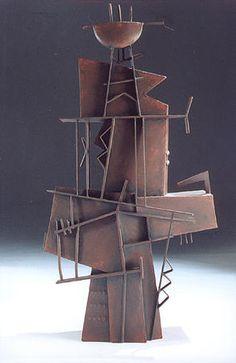 En esta imágen encontramos una escultura realizada con metal y aluminio