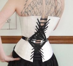 C'est joli, mais ça ne doit pas être pratique pour resserrer le corset !