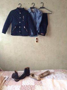 Este es un outfit bastante casual consiste en un jean azul oscuro , una blusa azul clara , una chaqueta azul oscuro estas tres prendas son de la marca ZARA y este outfit se puede usar con botines negros o baletas doradas y estos zapatos son de BOSI y cuando tenga mis combarse yo lo combinaría con converse blancos , para las que no saben que son converse es una marca de tenis