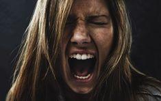 """Portanto, poderíamos dizer que as manifestações de raiva, como a insensibilidade, a irritabilidade, a agressividade, e o comportamento """"autoritário"""" são, às vezes, gritos que pedem para sair do buraco de escuridão no qual a depressão sufoca."""