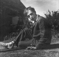 Leonard Woolf with his pet marmoset, Mitzi, in his hand in 1932