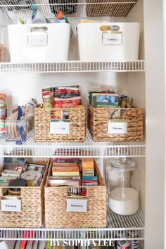 obsessed with this pantry organization First Apartment Checklist, First Apartment Essentials, Apartment Hacks, Apartment Kitchen, Apartment Living, Moving House Tips, Moving Tips, Moving Hacks, Small Pantry Organization