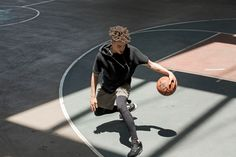 A single photograph can capture the essence of an entire basketball game with just one click. Street Basketball, Basketball Teams, Basketball Quotes, Basketball Court, Fitness Photography, Sport Photography, Dark Fantasy, Basketball Fotografie, Boy Tumblr