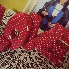 Olá :) Palavra LOVE feita de papelão e revestida com tecido. Fiz esse mimo no meu 1 ano de namoro, que foi ano passado '♥ . . . . . #cartão #inlove #word  #tecido #criatividade #valentine #mylove #biasanttosz #mimo #criar #arte #arteemfoco #reutiliza #customização #love #romantic #romanticos #namoradacriativa #namorados #heart  #amor #corações #palavra #papelão #umanodenamoro #surpresa #surprise #scraping #EuQueFiz #diy