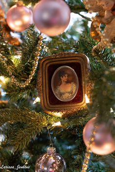Ailis Kravec Old french country decorating , altes französisches land d French Country Christmas, French Country Living Room, Cottage Christmas, Christmas Rose, French Country Cottage, French Country Style, French Country Decorating, Victorian Christmas, French Decor