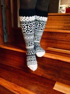 Tein nämä musta-valkoiset pitkät villasukat tyttärelle lahjaksi pukinkonttiin.Ihan mutu-tuntumalla piti mennä, vähän omaan jalkaan välillä mittailin. Leg Warmers, Legs, Boots, Clothes, Jewelry, Fashion, Socks, Leg Warmers Outfit, Crotch Boots