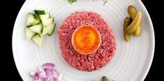 Découvrez comment préparer un délicieux tartare de bœuf au couteau.