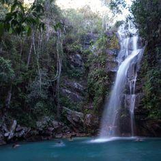 A bela cachoeira Santa Bárbara e suas águas azuis, em Cavalcante-GO. <3 Parece o Caribe, né? #natureza #trilha #cachoeira @waterfall