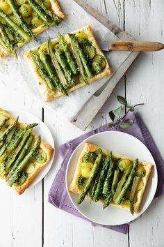 Blätterteigkuchen mit grünem Spargel, Kartoffeln und Bärlauch | http://eatsmarter.de/rezepte/blaetterteigkuchen-mit-gruenem-spargel-kartoffeln-und-baerlauch