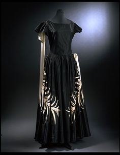 1922-23, Jeanne Lanvin.  Silk taffeta trimmed with machine-embroidered chenille and silk georgette.  As usual, this Lanvin gown has more of the robe de style look, rather than the dropped waist so prevalent in others' work.