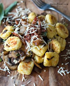 Easy, toasted gnocchi recipe with sautéed mushrooms, crispy bacon and caramelized spring onions